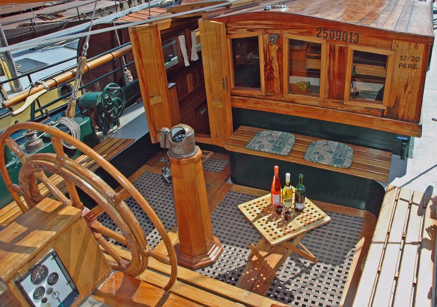 zitgelegenheid aan boord van zeilschip Pelikaan